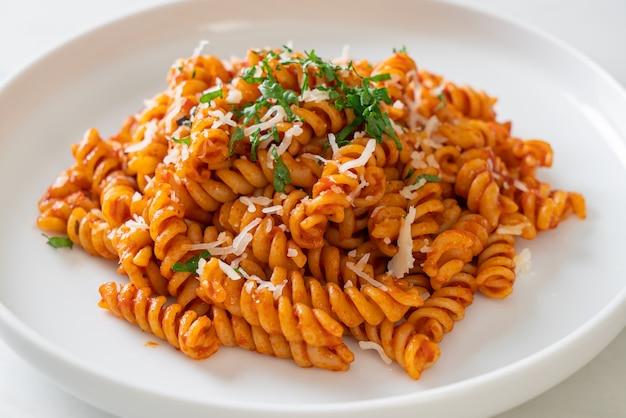 Spiraal- of spiralipasta met tomatensaus en kaas. italiaanse eetstijl