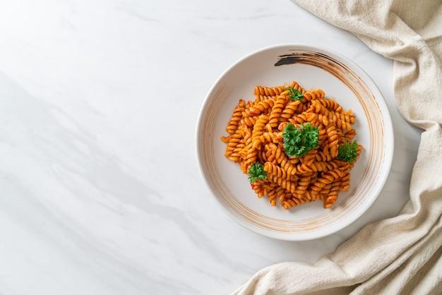 Spiraal- of spiralipasta met tomatensaus en peterselie. italiaanse eetstijl