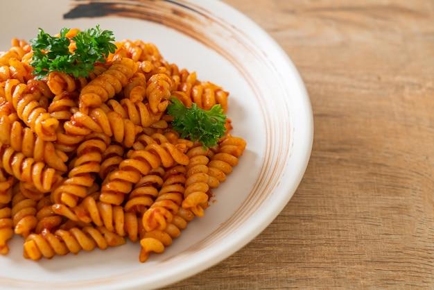 Spiraal- of spiralipasta met tomatensaus en peterselie