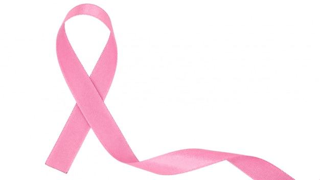 Spiraal van roze stoffenlint dat op witte achtergrond wordt geïsoleerd