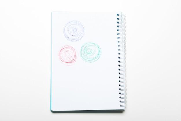 Spiraal wit notitieblok met pen krabbel geïsoleerd op een witte achtergrond