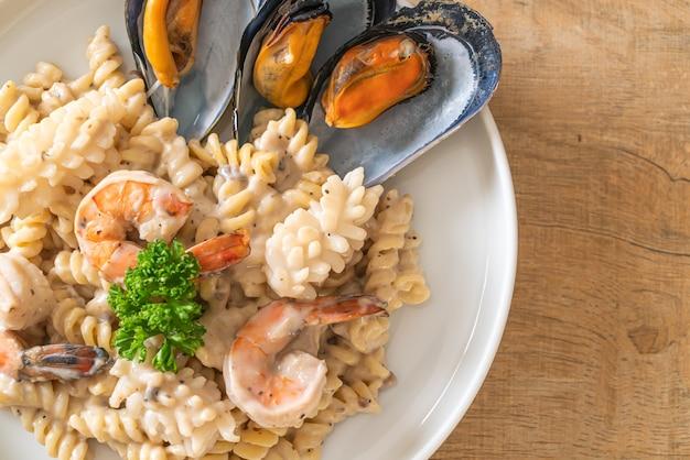 Spiraalpasta champignonroomsaus met zeevruchten. italiaanse eetstijl