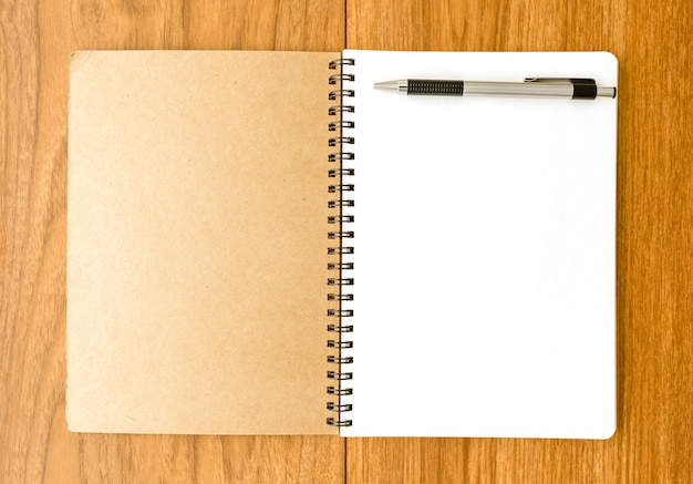 Spiraalvormig notitieboekje op houten oppervlak