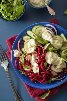 Spiraalvormige bieten- en komkommersalade met avocadodressing, gezonde veganistische maaltijd