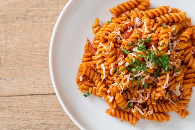Spiraalvormige of spirali-pasta met tomatensaus en kaas - italiaanse keukenstijl
