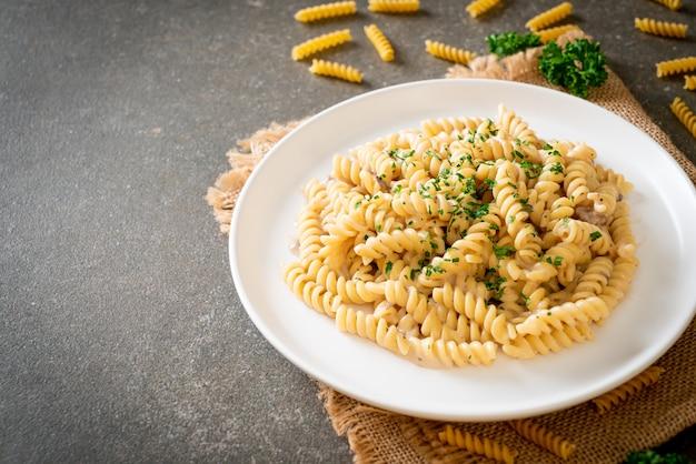 Spiraalvormige pasta champignonroomsaus met peterselie