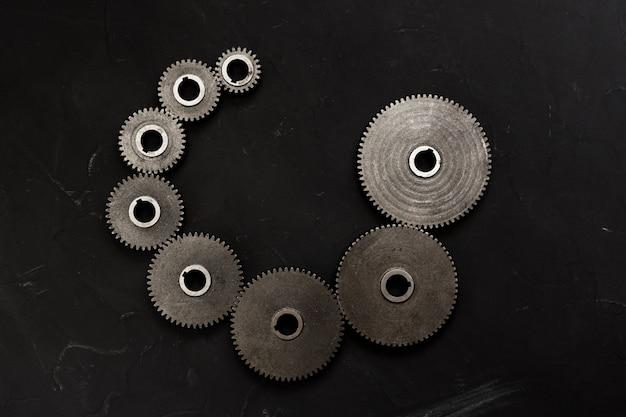 Spiraalvormige reeks verschillende tandwielen. steampunk-stijl. spiraal volgorde concept. plat lag, bovenaanzicht.