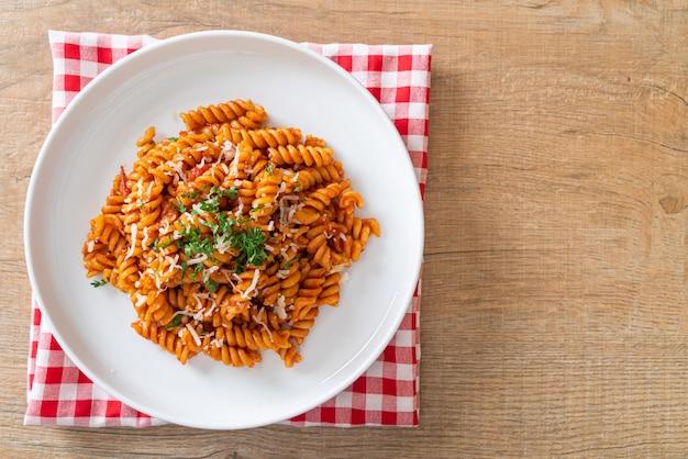Spiral of spirali pasta met tomatensaus en kaas - italiaanse keukenstijl