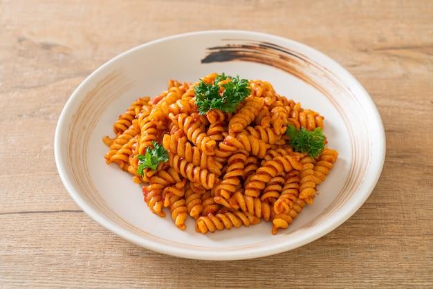 Spiral of spirali pasta met tomatensaus en peterselie - italiaans eten