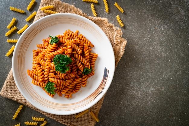 Spiral of spirali pasta met tomatensaus en peterselie - italiaanse keukenstijl