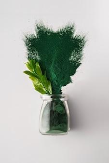 Spirulina chlorella algenpoeder in een glazen potje