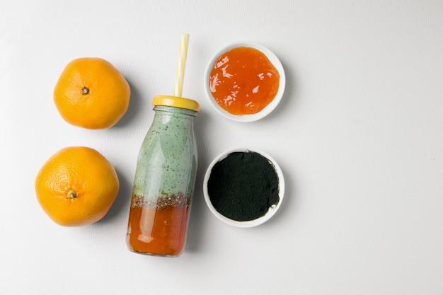 Spirulina-drankje met jam, sinaasappels en droog poeder