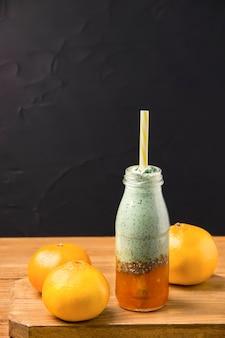Spirulina met citrusjam in een fles op een zwarte achtergrond. j
