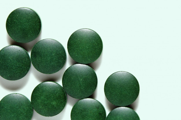 Spirulina-pillen, groene voedingssupplementtabletten