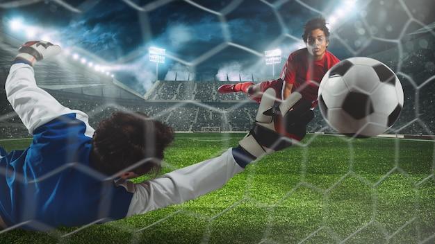 Spits met kopbal probeert doelpunten te maken bij de keeper