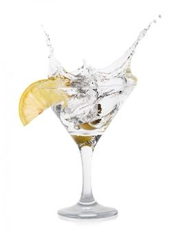 Splash martini met olijven in cocktailfougere op dunne steel