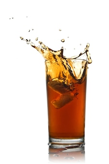 Splash van cola geïsoleerd op wit