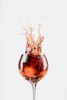 Splash van rode wijn in een glas