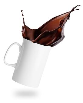 Splash van warme chocolademelk in een witte keramische kop