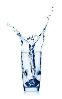 Splash van water in een glas met ijs