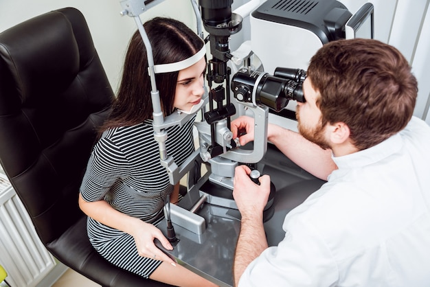 Spleetlamponderzoek. biomicroscopie van het voorste oogsegment. basis oogonderzoek.
