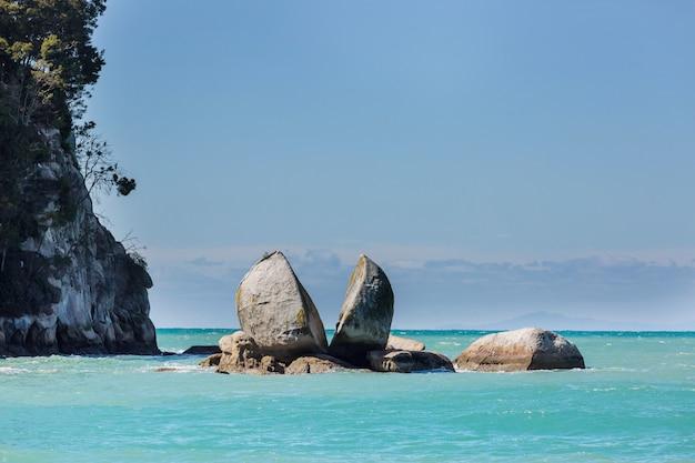 Split apple rock in de kust van nieuw-zeeland