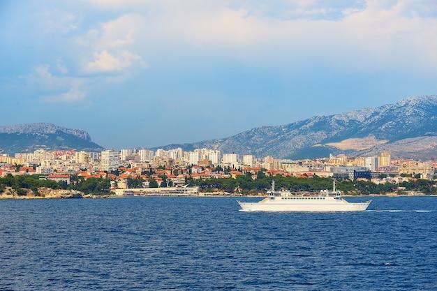 Split city harbor vanaf het bovendek van een grote veerboot over zee. zee, passagiersschip, skyline van de stad