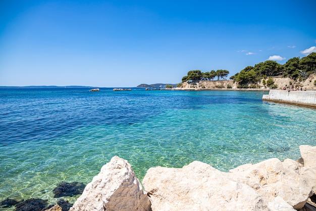 Split kroatië. uitzicht op firule beach adriatische zee