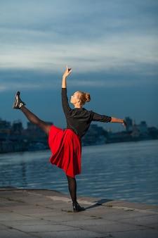 Split van balletdanser in de buurt van rivier