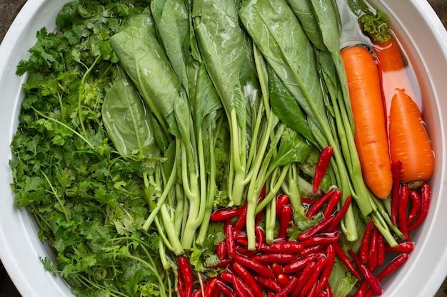 Spoel de groenten af met azijn in een kom om eventuele resten te verwijderen.
