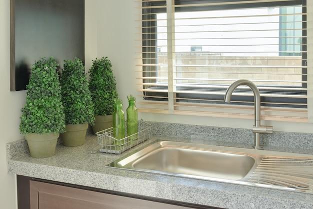 Spoelbak met grijze kleur aanrechtblad in de keuken
