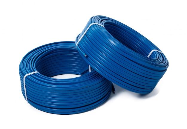 Spoelen van blauwe kabel die op wit wordt geïsoleerd