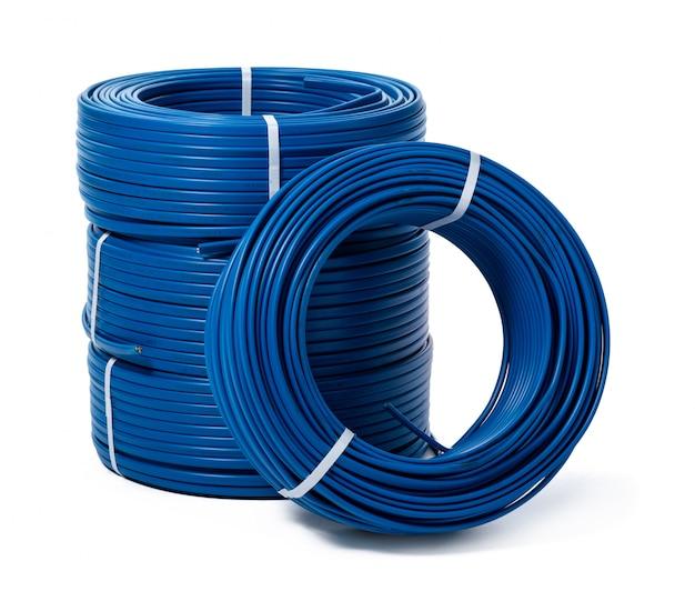 Spoelen van blauwe kabel die op witte oppervlakte wordt geïsoleerd