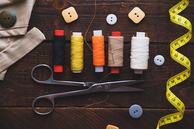 Spoelen van draad en naaisetje voor het maken op houten oppervlak. bovenaanzicht