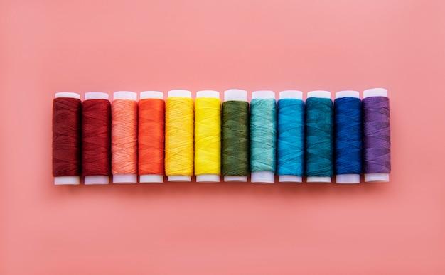 Spoelen van draad op de kleuren van de regenboog