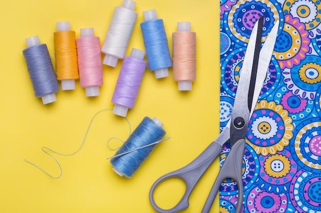 Spoelen van gekleurde draden. lichte achtergrond.