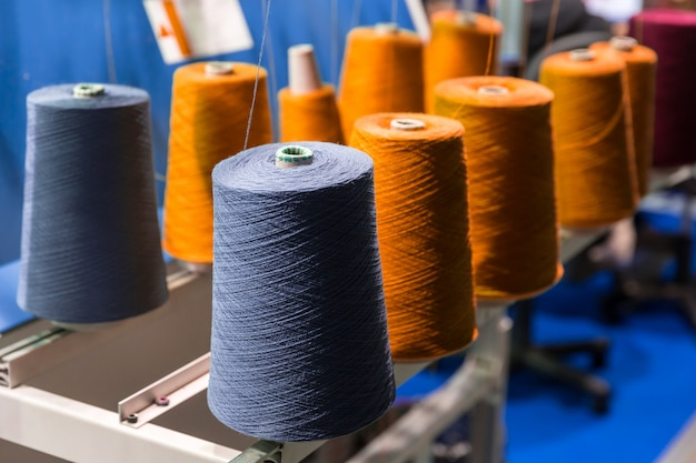 Spoelen van kleur draden close-up, naai-uitrusting