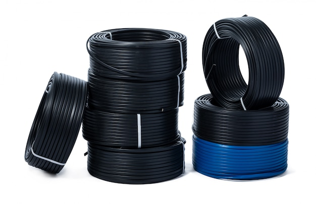 Spoelen van zwarte en blauwe kabel die op wit wordt geïsoleerd