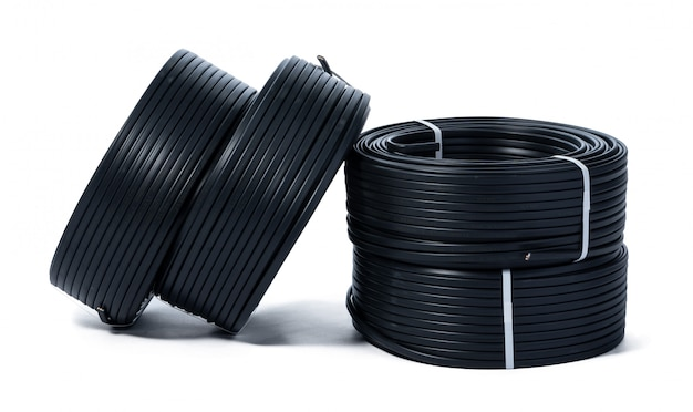 Spoelen van zwarte kabel die op wit wordt geïsoleerd