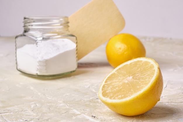 Spons frisdrank in pot en citroenen eco schoonmaak concept zero waste lifestyle