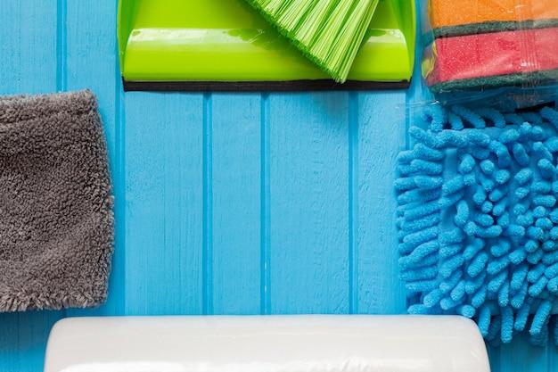 Spons, vodden voor het schoonmaken van het huis close-up met kopie ruimte
