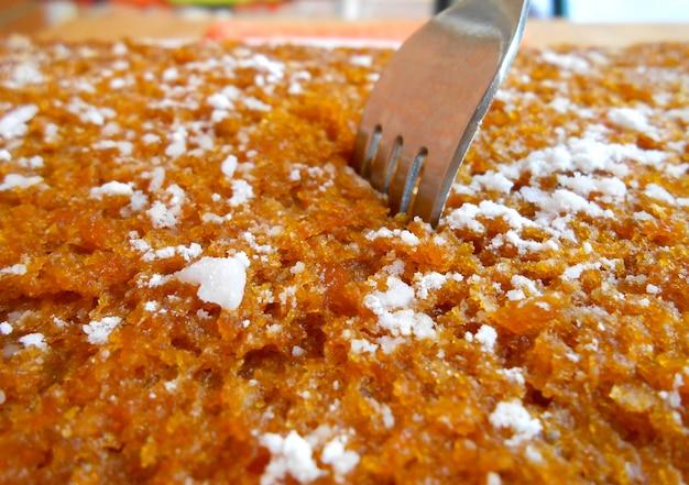 Sponsachtige zelfgemaakte wortel biscuitgebak als achtergrond