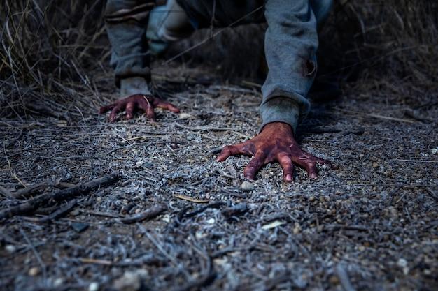 Spookachtige mannelijke zombie buitenshuis