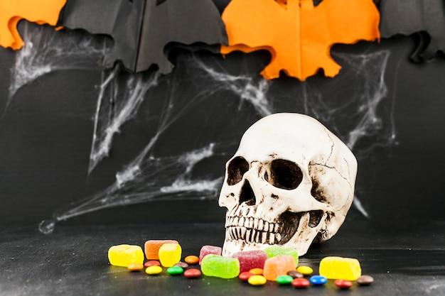 Spookachtige schedel en kleurrijke snoepjes