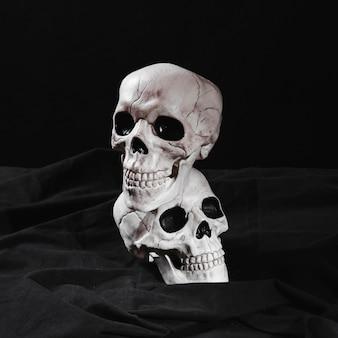 Spookachtige schedels op zwart canvas