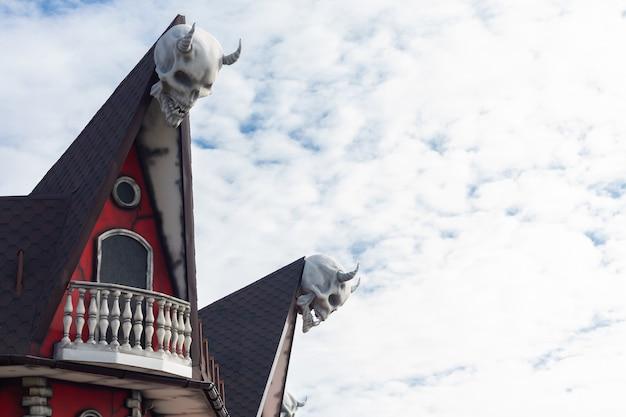 Spookhuis met horrorsfeer versierd met grote gehoornde schedels. halloween concept