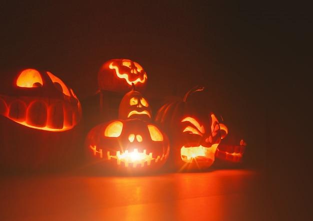 Spookpompoenen op halloween. e jack op donkere achtergrond. decoraties voor binnen voor de feestdagen