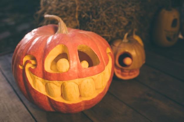 Spookpompoenen op halloween. ee jack op een herfstachtergrond. vakantie buiten decoraties.