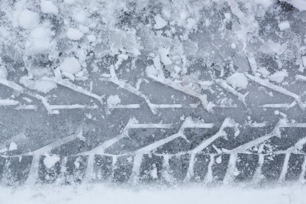 Spoor van autoband in de sneeuw