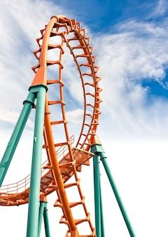 Spoor van de achtbaan op blauwe hemel